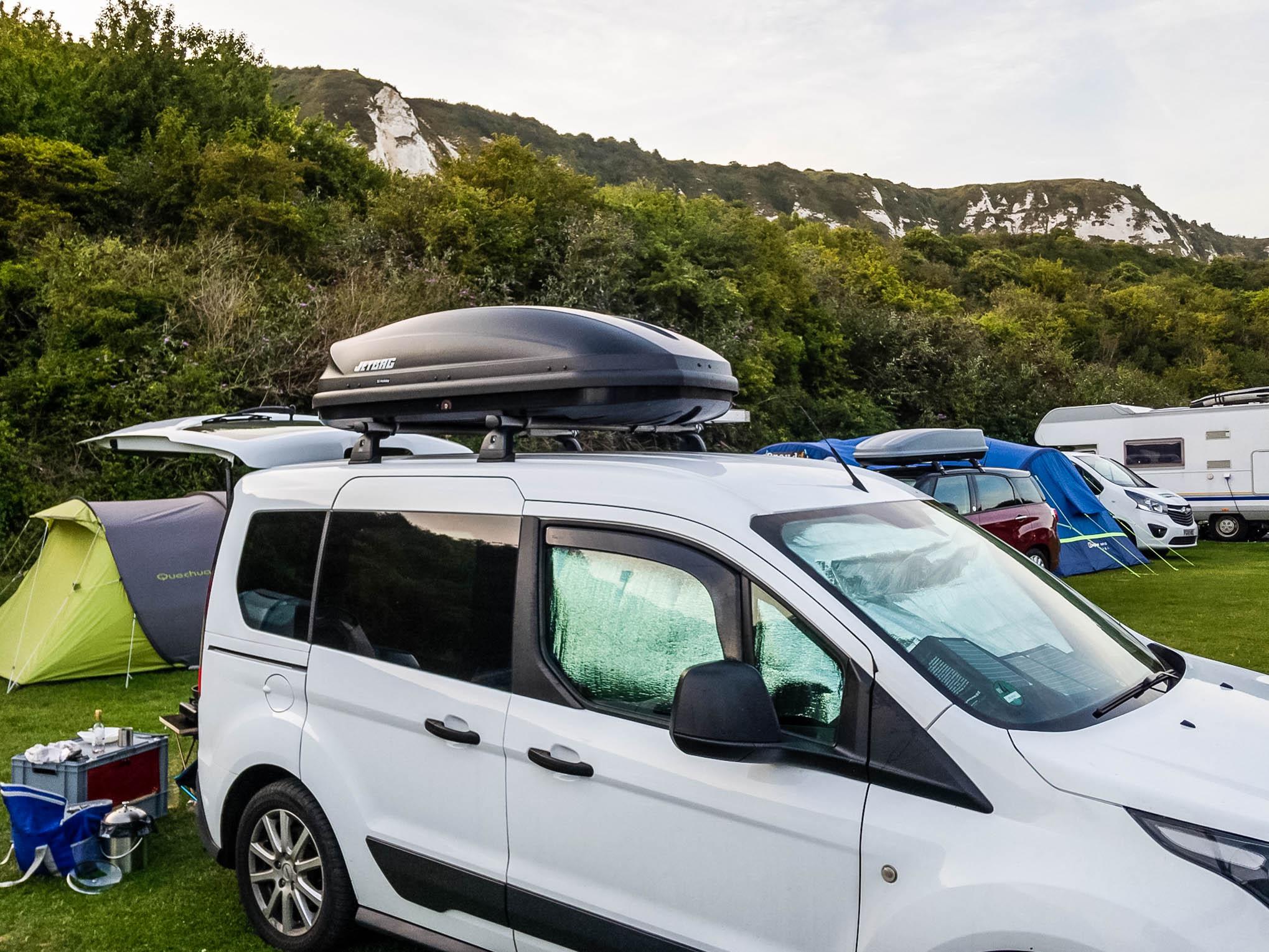 Minicamper auf Campingplatz in Folkestone