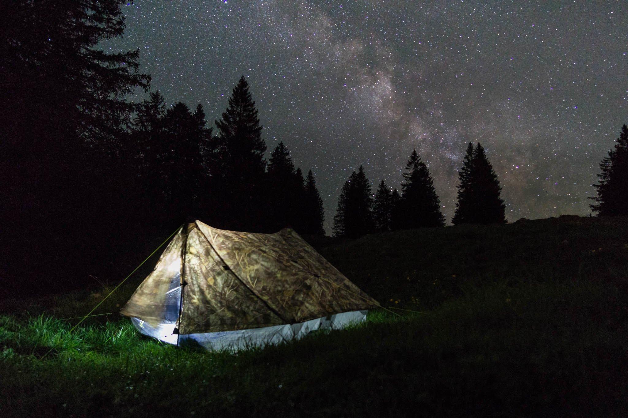 Lichtstrasse mit Zelt im Vordergrund